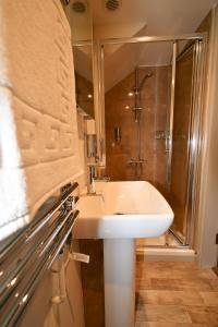 A bathroom at Carew Inn