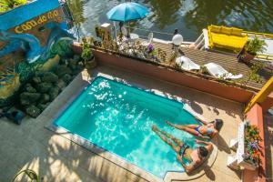 Uma vista da piscina em Pousada Casa do Rio Hostel ou nos arredores