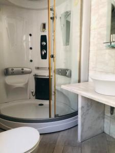 A bathroom at Akontisma