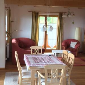Ein Sitzbereich in der Unterkunft Almhaus Karantanien