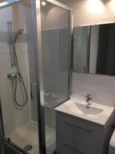 A bathroom at Magnifique petit loft proche de castellane