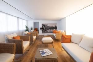 A seating area at Parkhotel Schoenegg