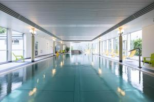 The swimming pool at or close to Parkhotel Schoenegg