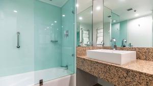 A bathroom at Hotel Grand Chancellor Hobart