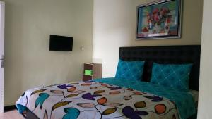 A bed or beds in a room at Penginapan Kahan