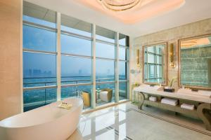A bathroom at InterContinental Hotels Jakarta Pondok Indah, an IHG Hotel
