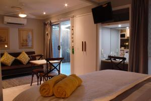 A bed or beds in a room at Paperbark Bed & Breakfast