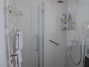 A bathroom at Achter het Anker