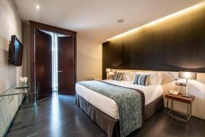 A bed or beds in a room at Hotel Diagonal Plaza