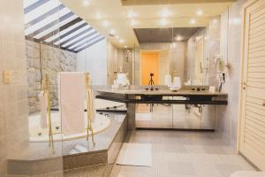 A bathroom at Hotel Atlantico Star
