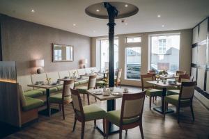 Ein Restaurant oder anderes Speiselokal in der Unterkunft Adelheid Hotel garni
