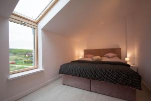 Łóżko lub łóżka w pokoju w obiekcie Poduszka Lawendowy Zaułek