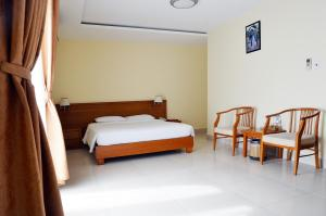 A bed or beds in a room at Khách sạn Đồng Nai