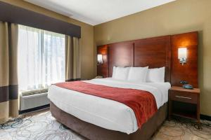 A bed or beds in a room at Comfort Suites Southfield