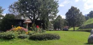 A garden outside Noichl's Hotel Garni