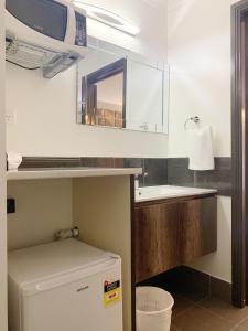 A bathroom at Statesman Motor Inn