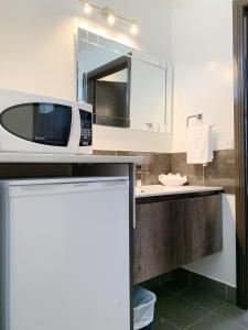 A kitchen or kitchenette at Statesman Motor Inn