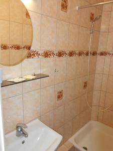 A bathroom at Jeruzale Hotel