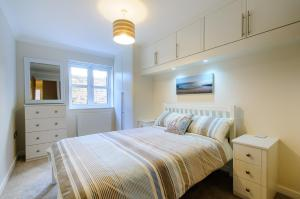 A bed or beds in a room at Beach Retreat Broadstairs