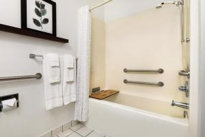A bathroom at Country Inn & Suites by Radisson, Springfield, OH