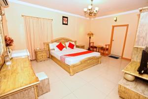 A bed or beds in a room at OYO 102 Sea Shell Hotel