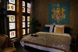 A bed or beds in a room at Charming Suites Jan Zonder Vrees