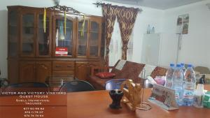 A restaurant or other place to eat at VICTOR AND VICTORY GUESTHOUSE Annexe