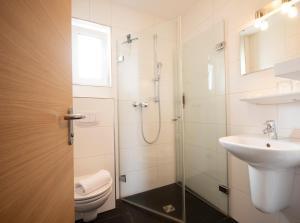 A bathroom at Landart Hotel Beim Brauer