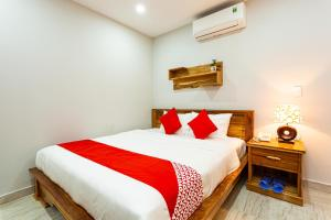 A bed or beds in a room at OYO 326 Kim Ngoc Pq Hotel