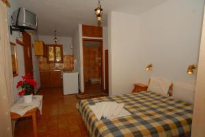 En eller flere senger på et rom på Villa Zaharo and Lilian Apartments