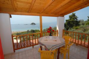 En balkong eller terrasse på Villa Zaharo and Lilian Apartments