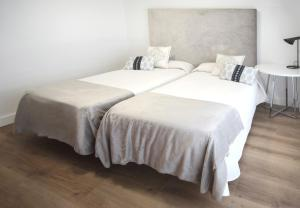 A bed or beds in a room at Hostal la Carrasca