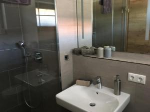 A bathroom at Gaestehaus Richter