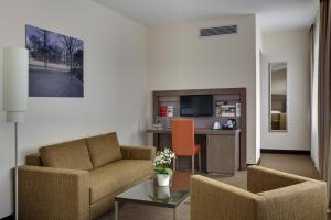 A seating area at IntercityHotel Leipzig
