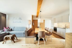 Ein Sitzbereich in der Unterkunft adler alpen apartments