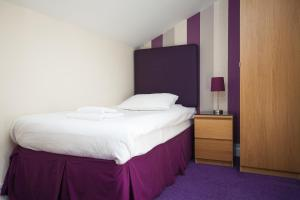 A bed or beds in a room at Duke of Buckingham