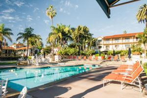 The swimming pool at or close to Harbor View Inn