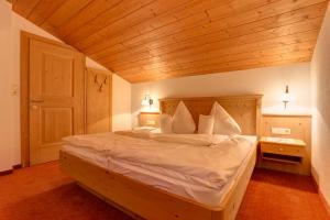 A bed or beds in a room at Hotel Garni Feuerstein