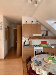 Kuchyňa alebo kuchynka v ubytovaní Апартаменты