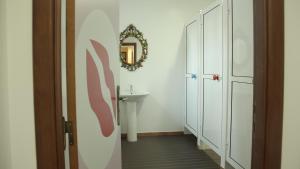A bathroom at Hostel 2300 Thomar