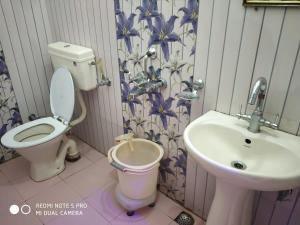 A bathroom at Hotel Deepraj
