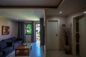 A seating area at Ossanzaia Bilene Lodge