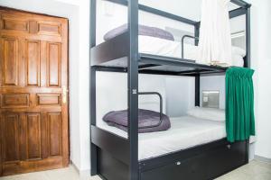 Letto o letti a castello in una camera di Hostel One Catedral