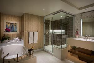 A bathroom at Seminole Hard Rock Hotel and Casino Tampa