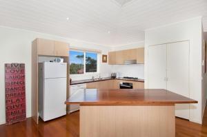 A kitchen or kitchenette at Jarrabinda