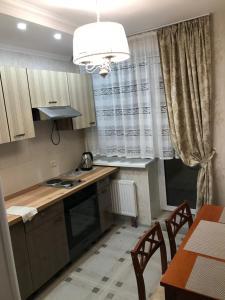 Кухня или мини-кухня в Apartment on Prospekt Yuriya Gagarina