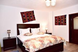 Un pat sau paturi într-o cameră la Căsuța de Poveste