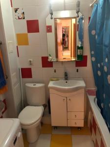 Ванная комната в 2 комнатные Apartment on Strelkovoy Divizii