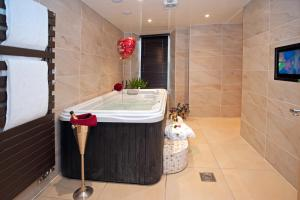 A bathroom at Windermere Boutique Hotel