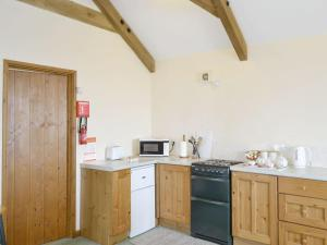 A kitchen or kitchenette at Ash Tree Cottage